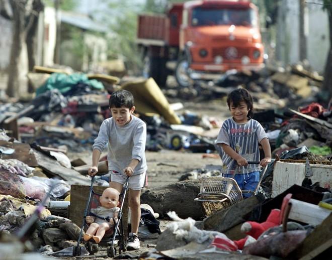 Cận cảnh cuộc sống trẻ em những nơi bẩn nhất thế giới 12
