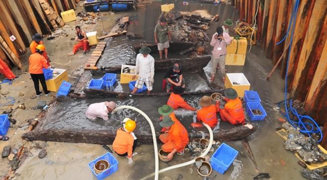 Người dân đổ xô trục vớt tiền cổ từ xác tàu 1.200 tuổi 4