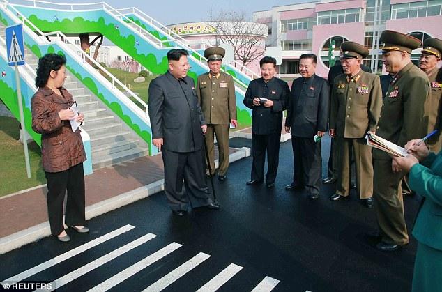 Hình ảnh dịu dàng của Kim Jong-un khi tới thăm trại trẻ mồ côi 8