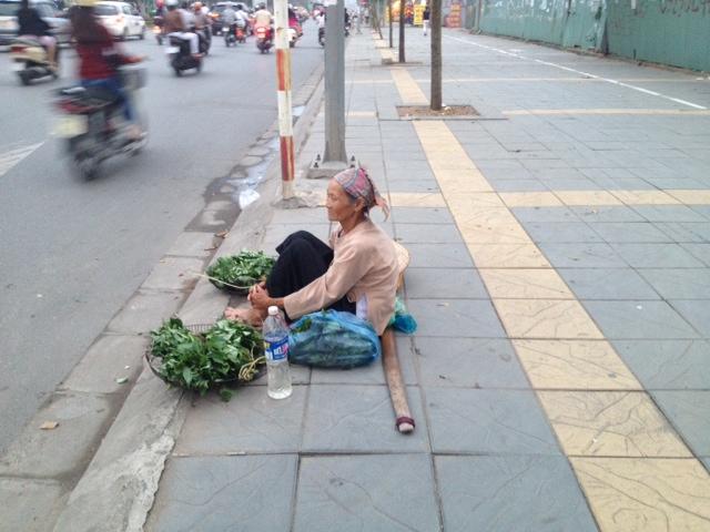 Cụ bà 80 bán rau giữa ngã tư HN lấy tiền mua thuốc 7