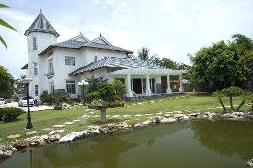 Đẳng cấp đại gia Thanh Hóa: Dinh thự trắng 50.000 m2, 4 máy bay 5