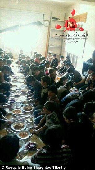 """Bên trong trường học """"bệnh hoạn"""" đào tạo chiến binh nhí của IS 7"""