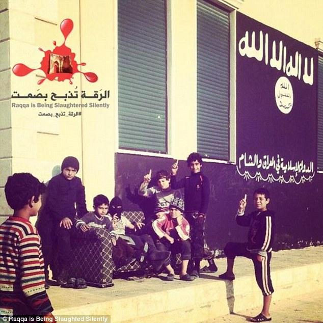 """Bên trong trường học """"bệnh hoạn"""" đào tạo chiến binh nhí của IS 10"""