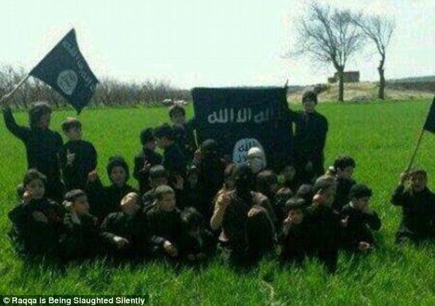 """Bên trong trường học """"bệnh hoạn"""" đào tạo chiến binh nhí của IS 11"""
