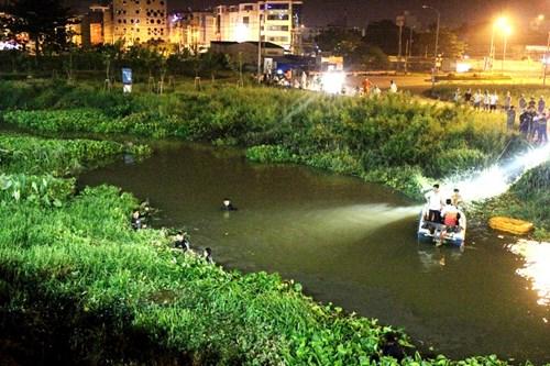 Hàng trăm người dân đứng chật kín cầu Sài Gòn xem bắt cướp 5