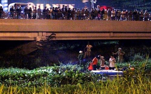 Hàng trăm người dân đứng chật kín cầu Sài Gòn xem bắt cướp 6