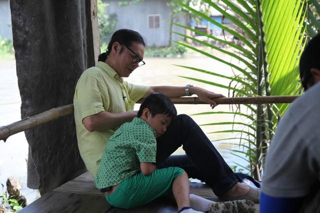Bố ơi, mình đi đâu thế: Con gái Thúy Hạnh khóc thút thít vì ngủ chuồng bò 7
