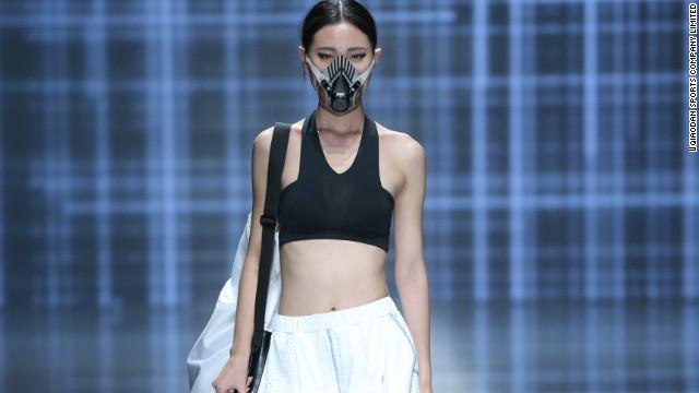 Trung Quốc phát minh khẩu trang chống bụi sành điệu 12
