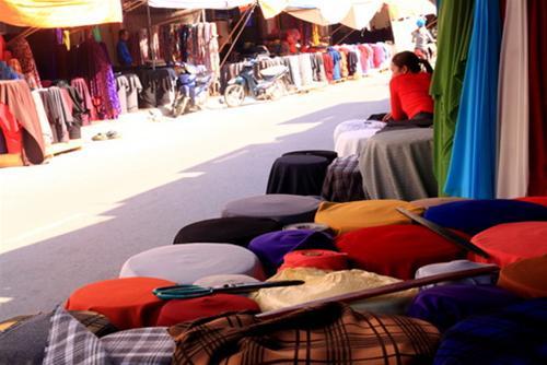 """Thu giữ số lượng vải lậu """"khủng"""" tại chợ Ninh Hiệp 5"""