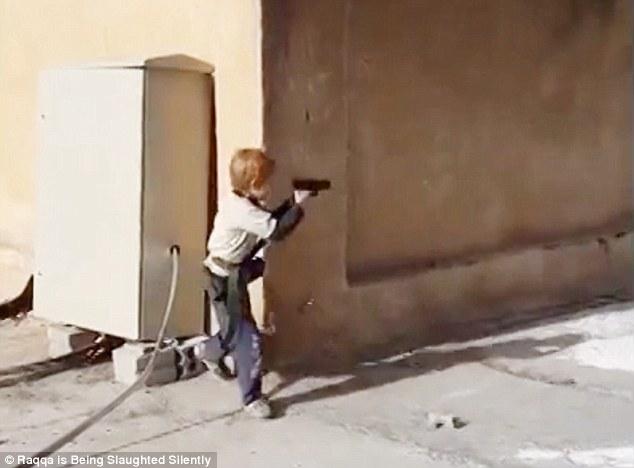 Chiến binh nhí 5 tuổi của IS tập bắn súng lục ngay giữa phố Syria 5