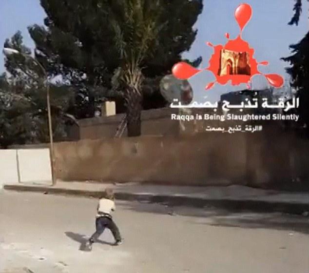 Chiến binh nhí 5 tuổi của IS tập bắn súng lục ngay giữa phố Syria 8
