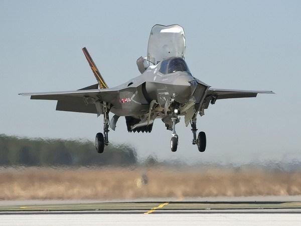 Chiến đấu cơ đắt nhất lịch sử Mỹ hạ cánh xuống tàu sân bay 5