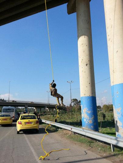Mặc IS treo mình huấn luyện giữa cầu, người dân Mosul vẫn bình thản qua lại 11