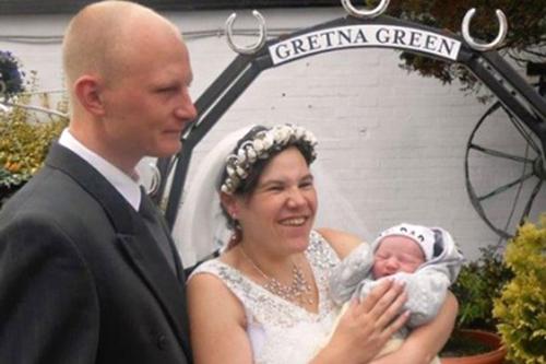 Bà mẹ quá khỏe: Vừa sinh con, vừa làm đám cưới chỉ trong 4 tiếng 6