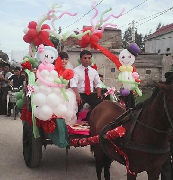 Clip: Rước dâu bằng xe ngựa khiến nhà gái 'sốc' 7
