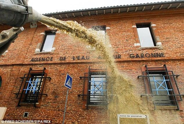 Nông dân Pháp mang hàng trăm tấn phân đi biểu tình 5