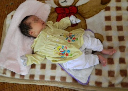 Bé trai 2 tháng tuổi bị bỏ rơi trong đêm lạnh trước trường mầm non 4