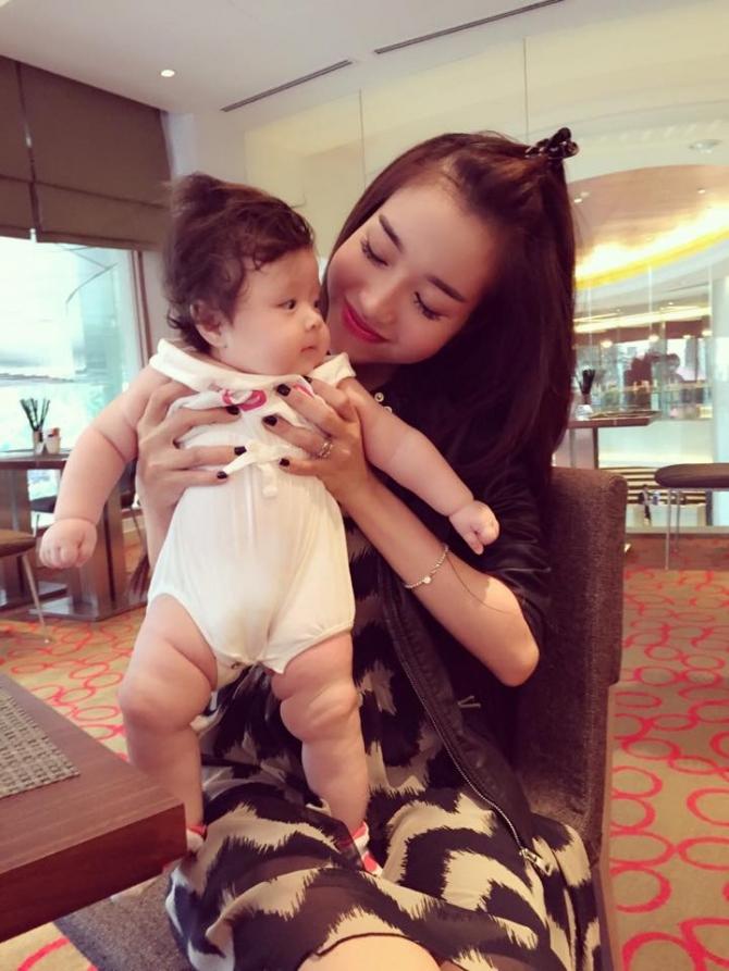 Con gái Elly Trần thích thú khi lần đầu xuất hiện bên ngoài 9