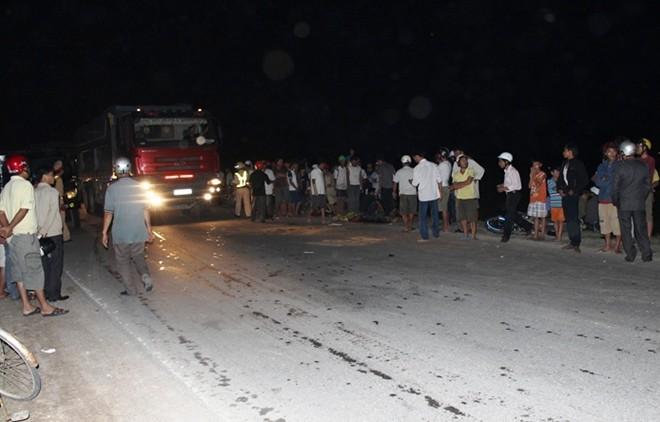 Đi xe kẹp 3 thanh niên 9X tử vong vì tông vào đuôi xe tải 5