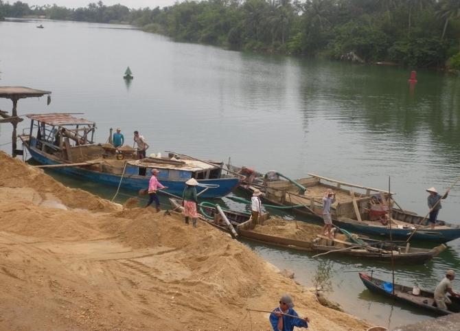 200 cảnh sát vây bắt 'cát tặc' khai thác trộm 1 tỷ đồng/ngày trên sông Hồng 4