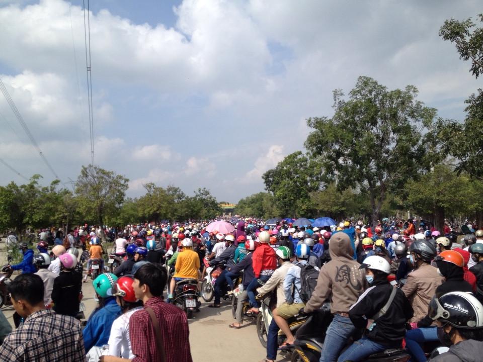 Hình ảnh KDL Đại Nam quá tải : Giao thông tê liệt, cảnh sát ngất xỉu số 3