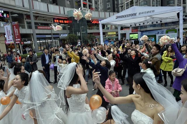 10 cô gái xinh đẹp mặc váy cưới diễu hành hưởng ứng