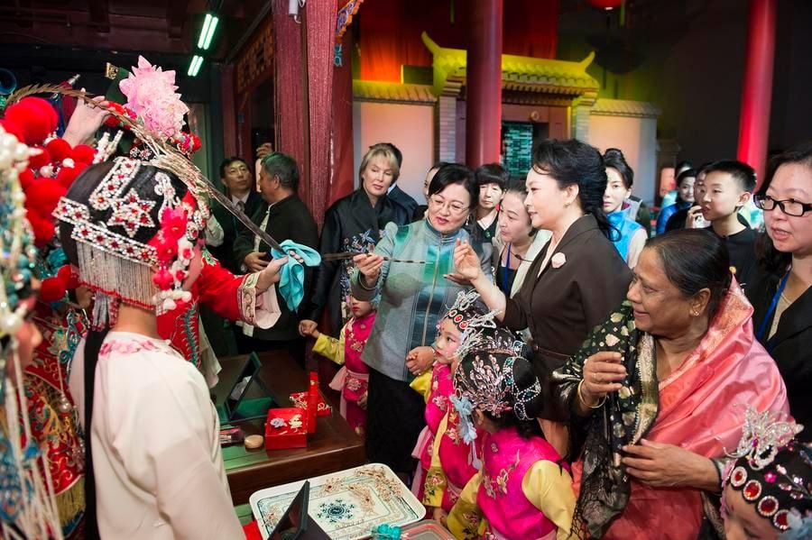 """Đệ nhất phu nhân Trung Quốc """"nghị sự"""" tại APEC như thế nào? 4"""