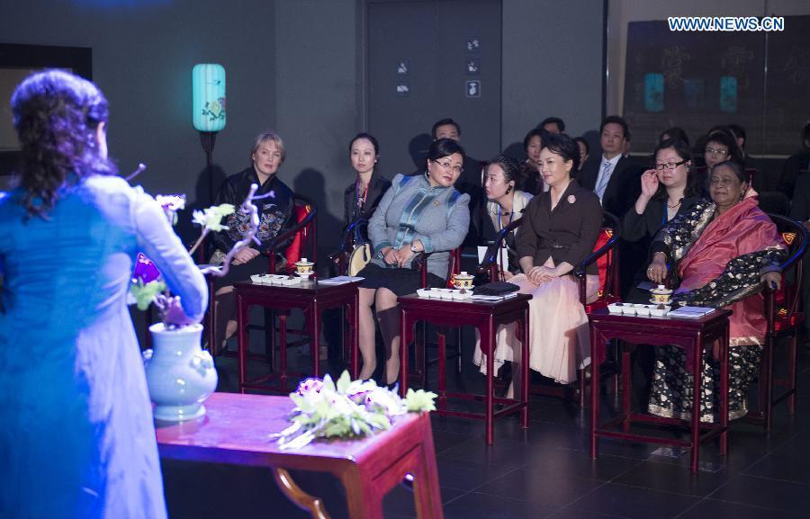 """Đệ nhất phu nhân Trung Quốc """"nghị sự"""" tại APEC như thế nào? 5"""