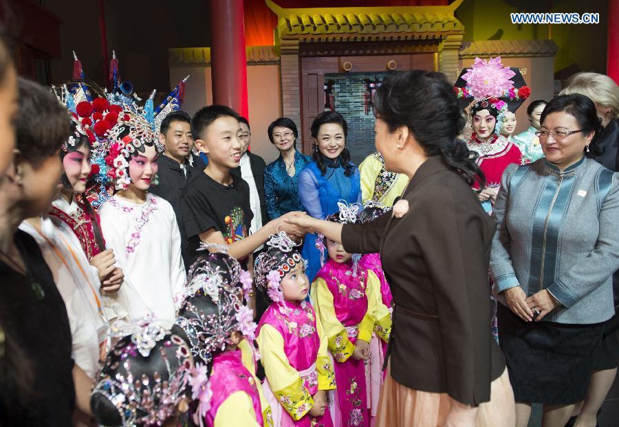"""Đệ nhất phu nhân Trung Quốc """"nghị sự"""" tại APEC như thế nào? 8"""