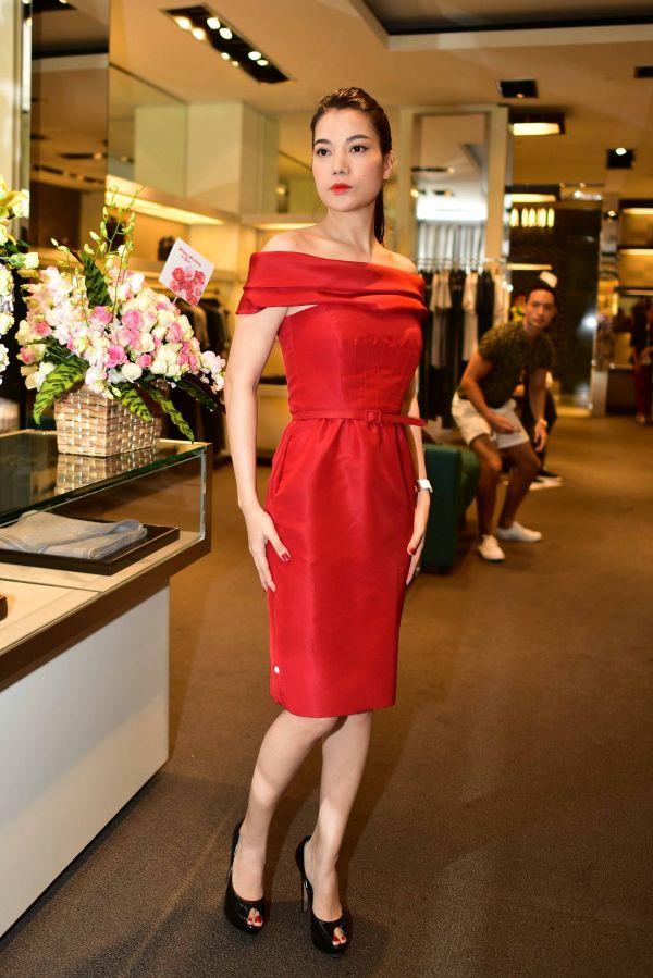 Hình Ảnh Kim Lý Quỳ Gối Chọn Váy Cho Trương Ngọc Ánh Nhân Ngày Sinh Nhật