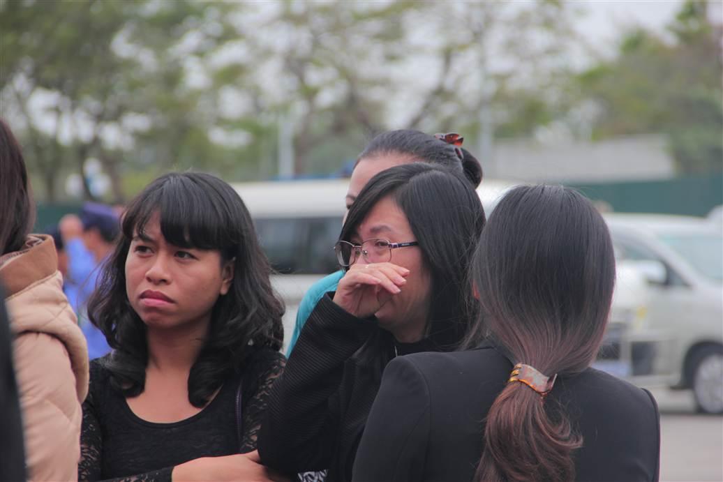 Hình ảnh Chùm ảnh: Nghẹn ngào giây phút đón di cốt 3 mẹ con người Việt số 2