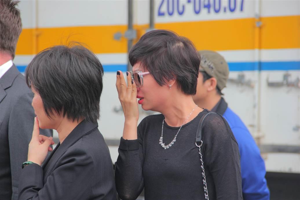 Chùm ảnh: Nghẹn ngào giây phút đón di cốt 3 mẹ con người Việt 7