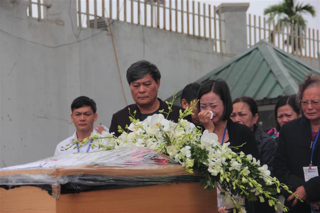 Chùm ảnh: Nghẹn ngào giây phút đón di cốt 3 mẹ con người Việt 8