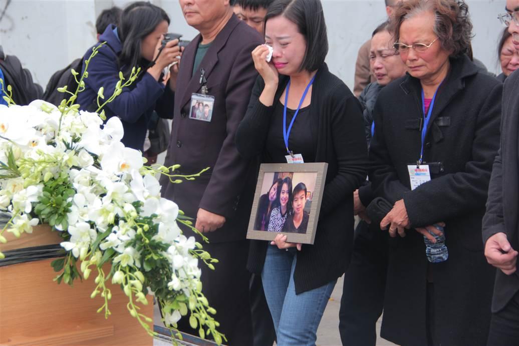 Chùm ảnh: Nghẹn ngào giây phút đón di cốt 3 mẹ con người Việt 10