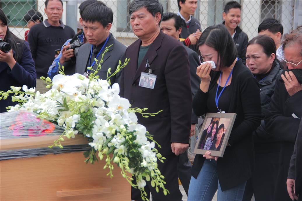 Chùm ảnh: Nghẹn ngào giây phút đón di cốt 3 mẹ con người Việt 11