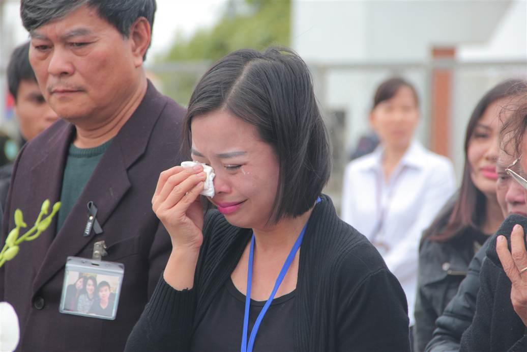Chùm ảnh: Nghẹn ngào giây phút đón di cốt 3 mẹ con người Việt 14