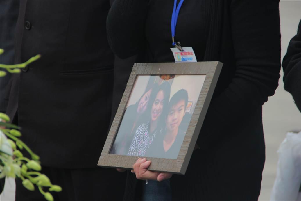Chùm ảnh: Nghẹn ngào giây phút đón di cốt 3 mẹ con người Việt 15