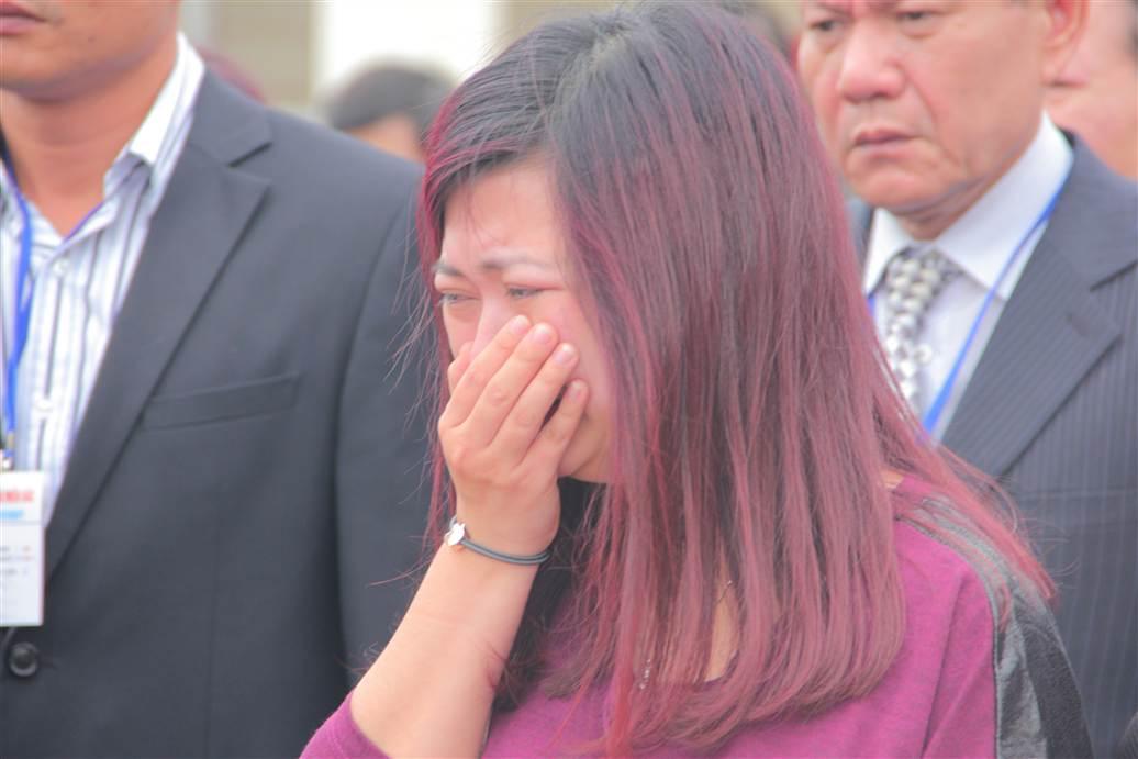 Chùm ảnh: Nghẹn ngào giây phút đón di cốt 3 mẹ con người Việt 16