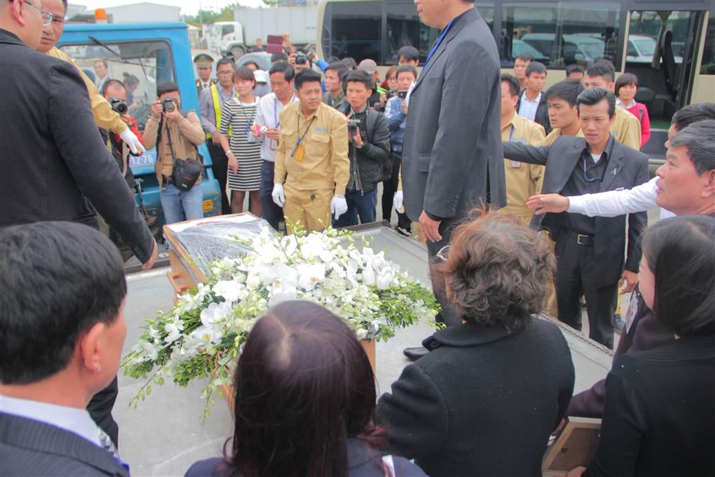 Chùm ảnh: Nghẹn ngào giây phút đón di cốt 3 mẹ con người Việt 18