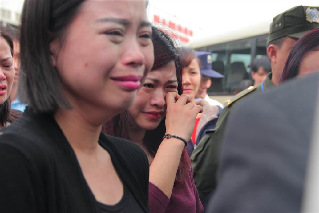 Chùm ảnh: Nghẹn ngào giây phút đón di cốt 3 mẹ con người Việt 20