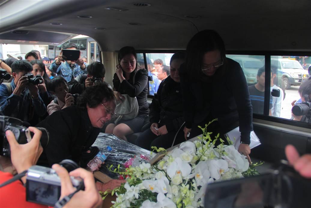 Chùm ảnh: Nghẹn ngào giây phút đón di cốt 3 mẹ con người Việt 21