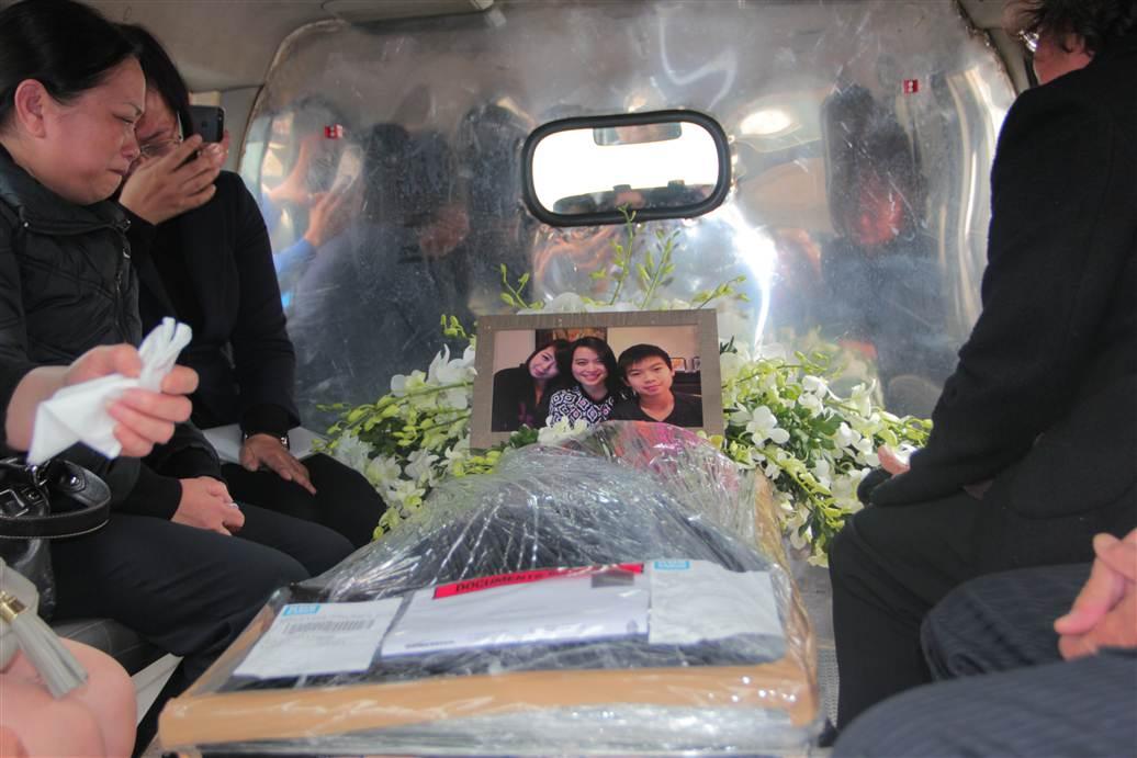 Hình ảnh Chùm ảnh: Nghẹn ngào giây phút đón di cốt 3 mẹ con người Việt số 19