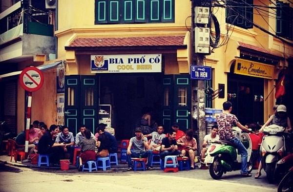 Sở thích uống bia hơi đường phố ở Hà Nội lên báo Mỹ 4