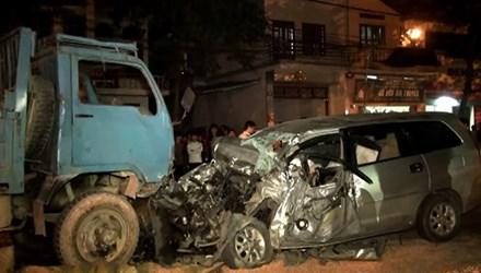 Hai ô tô đối đầu nhau, 3 người trong một gia đình thương vong 5