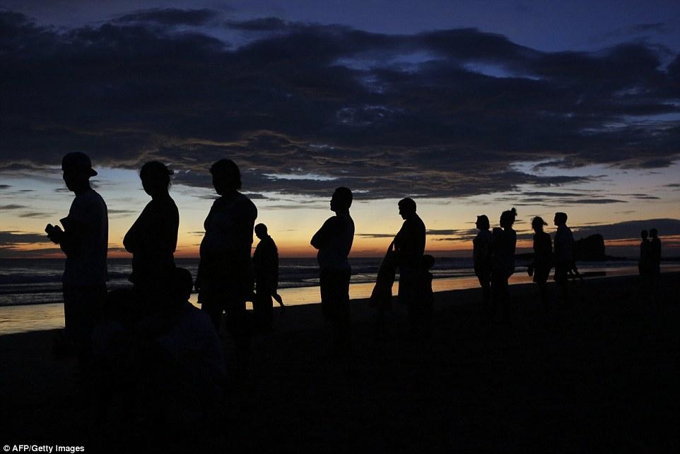 Hơn 50 người kiệt sức giải cứu cá voi khổng lồ mắc cạn bên bờ biển 9