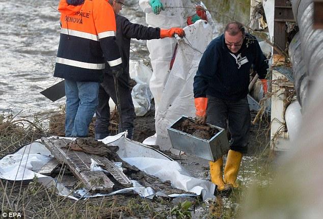 Khung cảnh đáng sợ nơi 70 ngôi mộ bị bão lũ lật tung 5