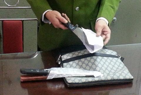 """Công an Hà Nội bắt kẻ """"ngáo đá"""", dùng dao tấn công cảnh sát 9"""