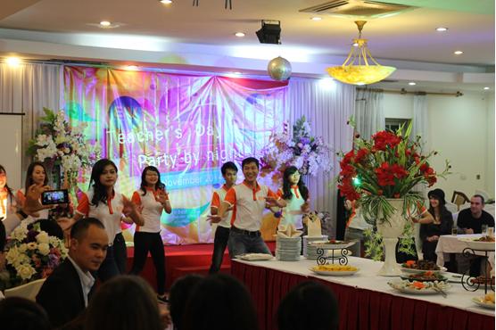 Hạnh phúc đến bất ngờ của giáo viên nước ngoài trong ngày nhà giáo Việt Nam 8