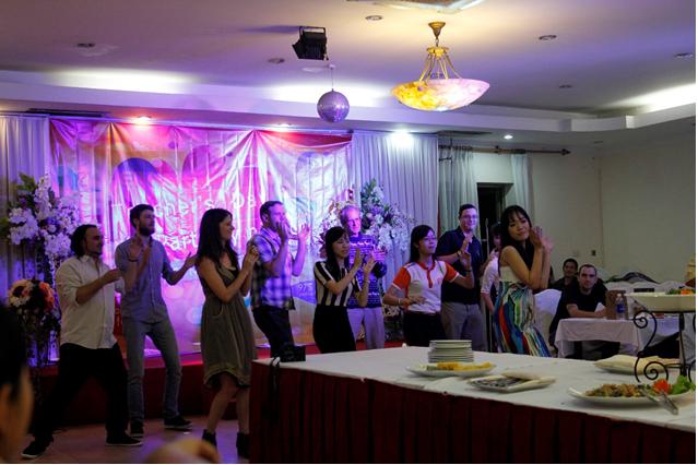 Hạnh phúc đến bất ngờ của giáo viên nước ngoài trong ngày nhà giáo Việt Nam 10