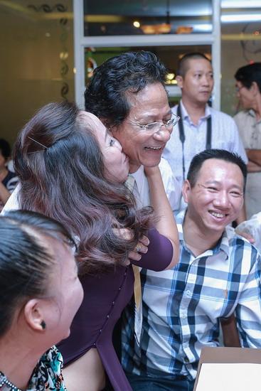 Chế Linh bị fan lao tới hôn bất ngờ trước mặt vợ trẻ 5